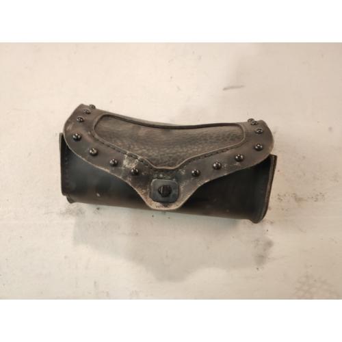 Fekete szegecses szélvédő táska (használt)